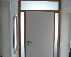 Moderne Haustür mit Seitenteilen und Oberlicht – Innenansicht ...
